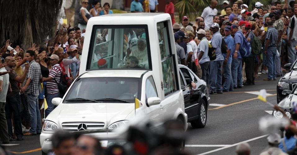 Papa Bento 16 acena para cubanos durante passeio em papamóvel até o aeroporto José Martí, em Havana, Cuba