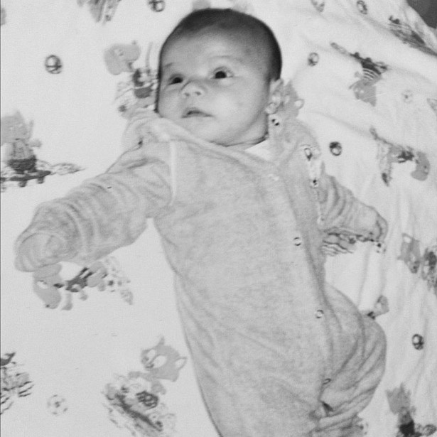 """Pedro Scooby publica uma foto sua antiga no Twitter e diz que o filho, Dom. """"Olha o Dom ai gente!"""", escreveu o papai no microblog. O bebê é fruto do relacionamento do surfista com a atriz Luana Piovani nasceu na última segunda-feira (26/3), no Rio de Janeiro (27/3/12)"""