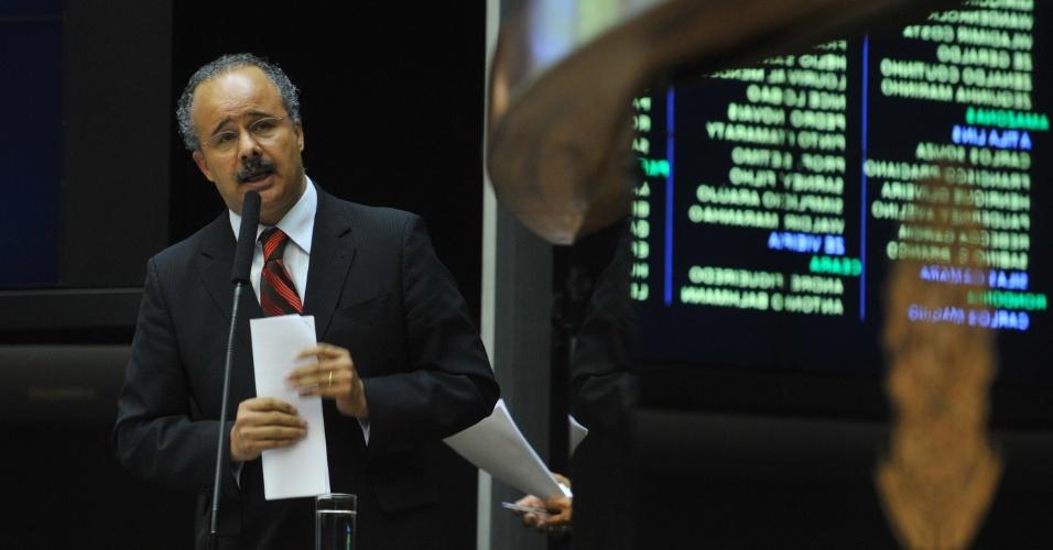 Relator do projeto da Lei Geral da Copa, deputado Vicente Cândido, discursa em sessão extraordinária realizada em Brasília
