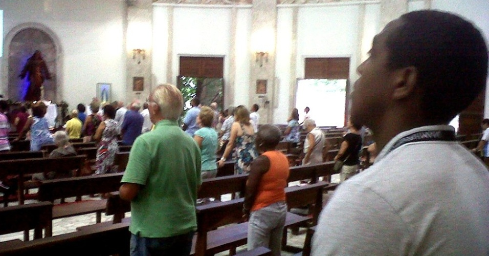 Renato Abreu reza na igreja de São Judas Tadeu, no Rio de Janeiro