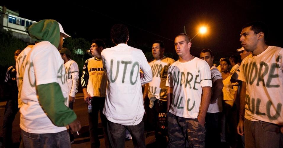 Torcida palmeirense faz pequeno protesto durante entrada no estádio Jaime Cintra, em Jundiaí, interior de São Paulo, para a partida entre Paulista e Palmeiras