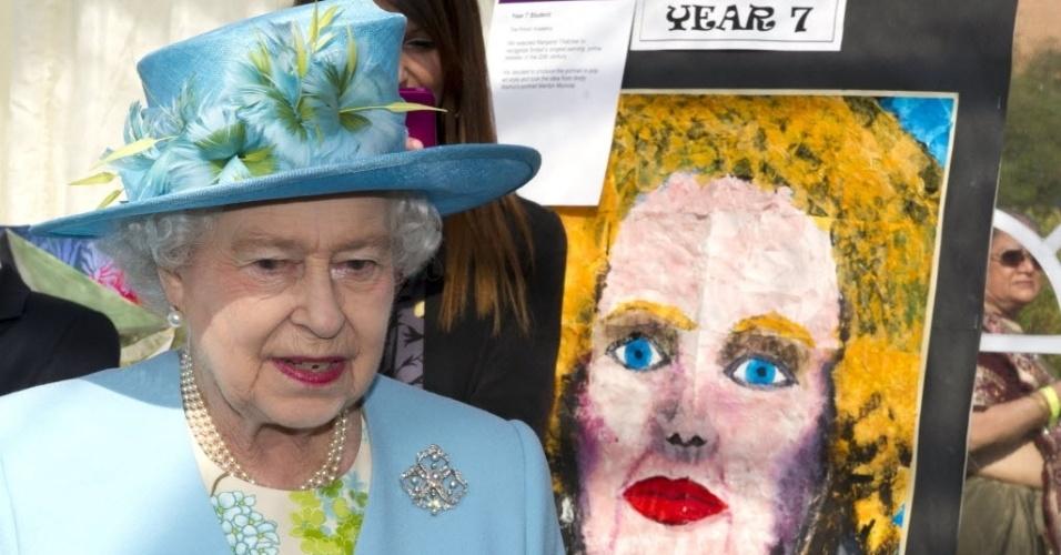 A rainha Elizabeth 2ª do Reino Unido ao lado de um quadro em estilo de arte pop da ex-primeira ministra Margaret Thatcher durante a exibição London Pride Art and Design. A visita faz parte do Jubileu de Diamante da rainha com seu marido, o Duque de Edinburgo (29/3/12)