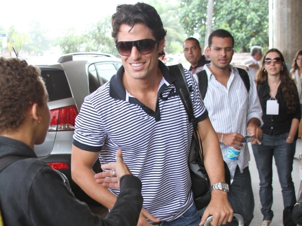 Ex-BBB João Maurício é abordado por fãs ao chegar no hotel no Rio de Janeiro para a final do