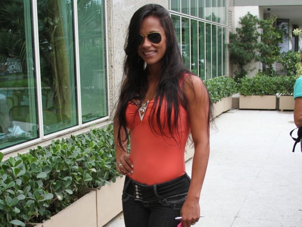 Ex-BBB Kelly posa para fotos ao chegar no hotel no Rio de Janeiro para a final do