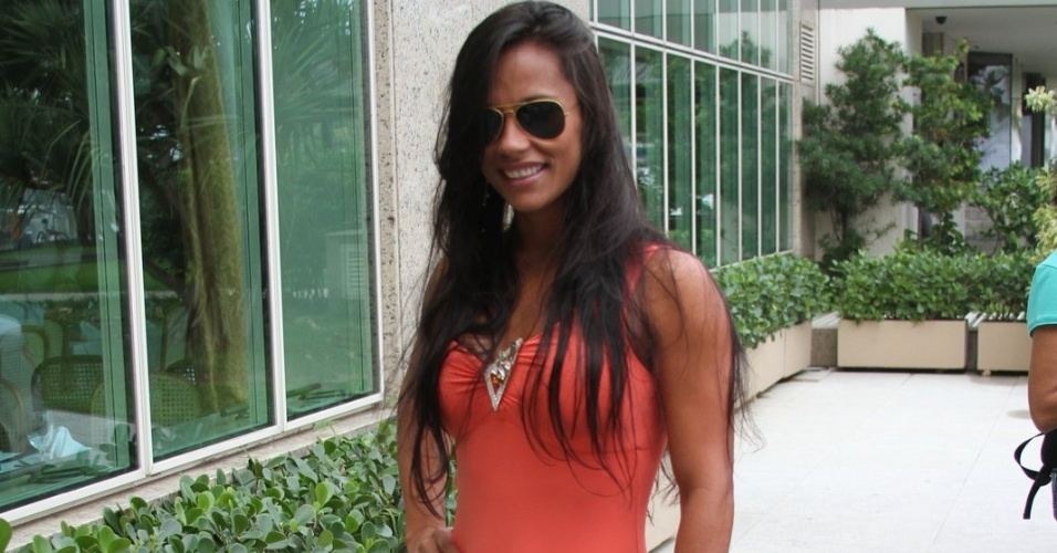 "Ex-BBB Kelly posa para fotos ao chegar no hotel no Rio de Janeiro para a final do ""BBB12"" (29/3/12)"