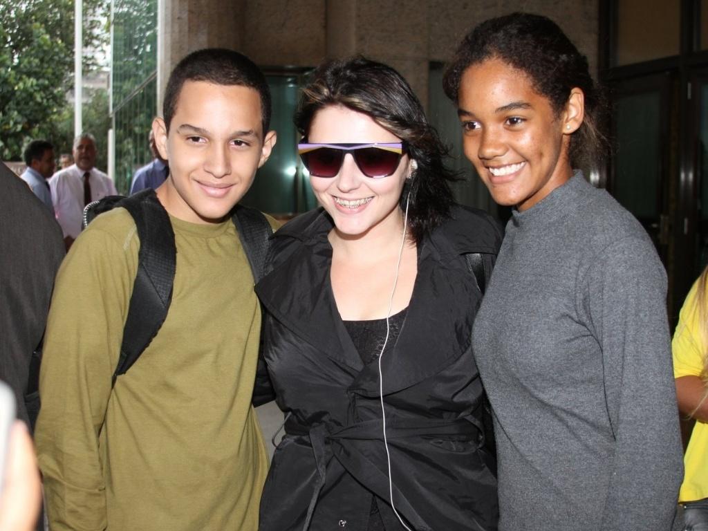 Ex-BBB Mayara tira fotos com fãs ao chegar ao hotel no Rio de Janeiro para final do
