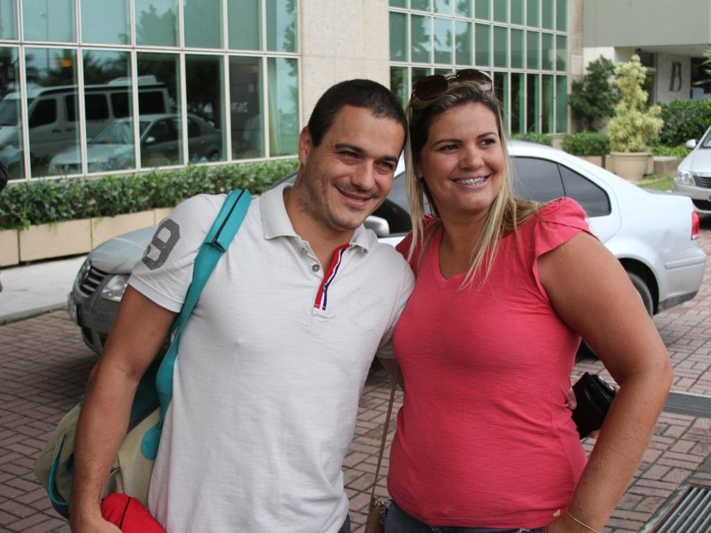 Ex-BBB Rafa posa para fotos com fã ao chegar no hotel no Rio de Janeiro para final do