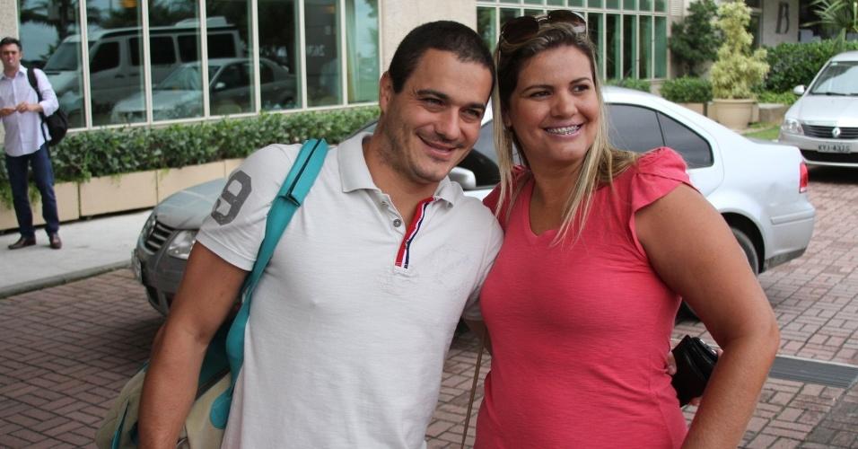 """Ex-BBB Rafa posa para fotos com fã ao chegar no hotel no Rio de Janeiro para final do """"BBB12"""" (29/3/12)"""