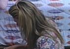 Fabiana chora enquanto arruma as malas no quarto Praia - Reprodução/TV Globo