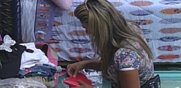 Fabiana chora ao começar arrumar as malas no quarto Praia (29/3/12)