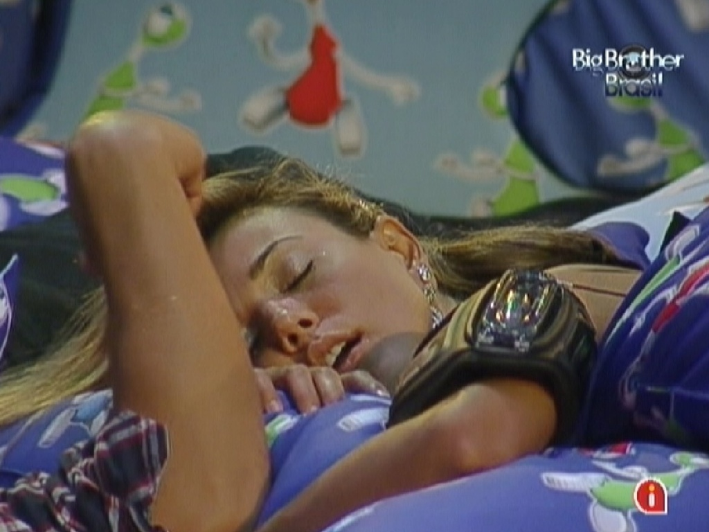 Fabiana dorme durante a festa após receber cafuné de Fael (29/3/12)