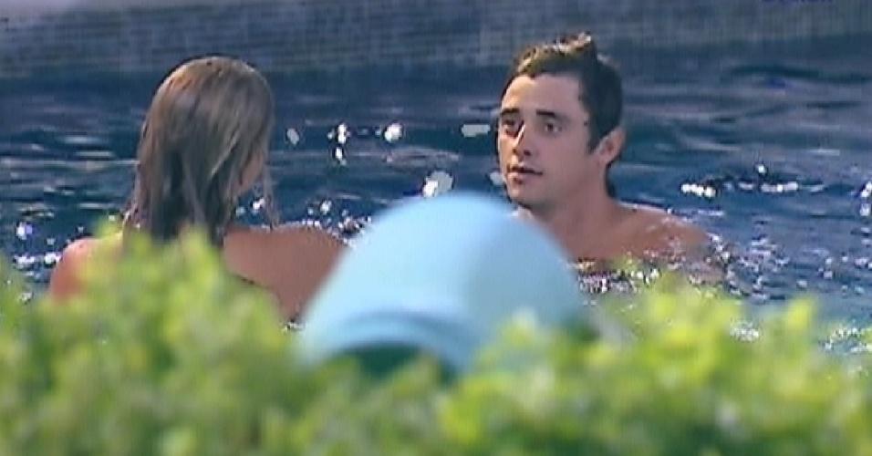 Fabiana e Fael aproveitam a piscina do