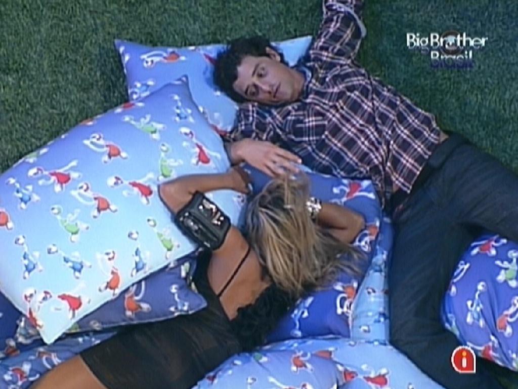 Fabiana e Fael conversam deitados entre almofadas durante a última festa do