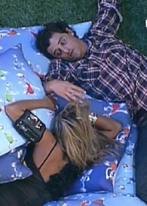"""Fabiana e Fael conversam deitados entre almofadas durante a última festa do """"BBB12"""" (29/3/12)"""