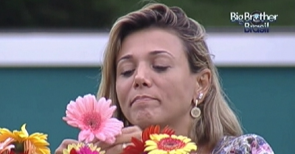 Fabiana fica pensativa durante almoço com Fael no dia da final do