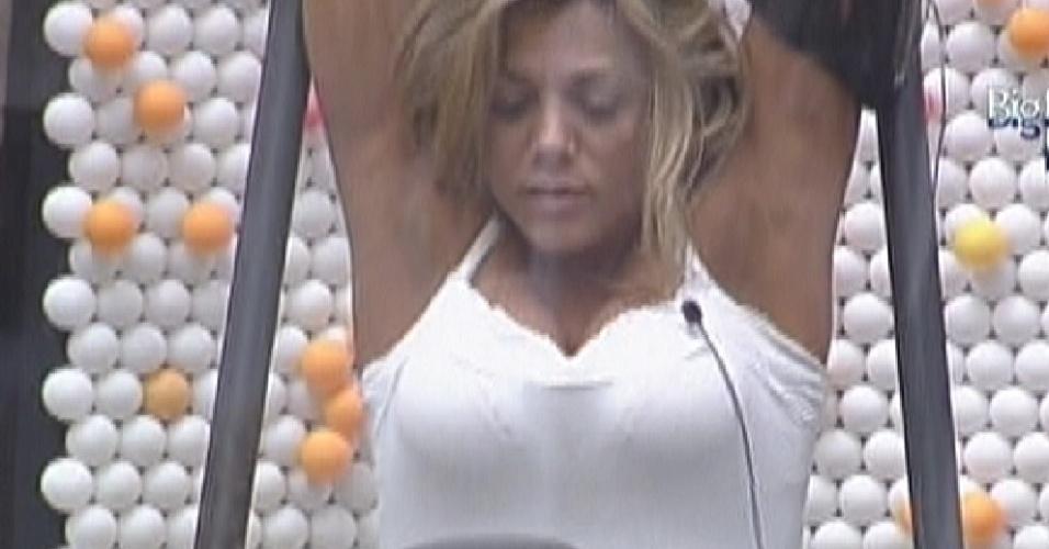 Fabiana se alonga de pijamas na academia (29/3/12)