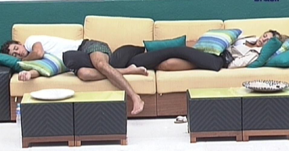Fael e Fabiana dormem na área externa (29/3/12)