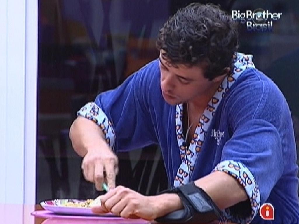 Fael faz sua última refeição na casa do
