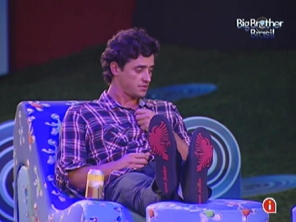 Fael oferece a camisa para esquentar Fabiana (29/3/12)