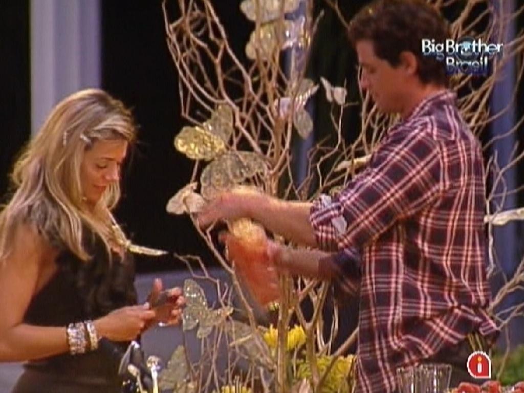 Fael prepara bebida para Fabiana (29/3/12)