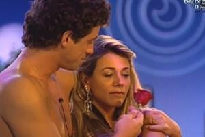 Fael presenteia Fabiana com uma flor durante a festa (29/3/12)