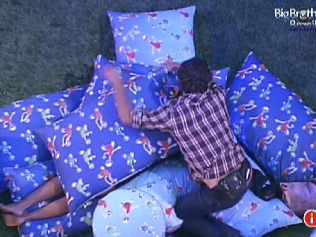 Fael pula em cima de Fabiana, que está deitada entre almofadas (29/3/12)