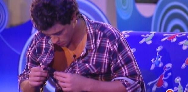 Fael tira a camisa para dar para Fabiana durante a festa (29/3/12)