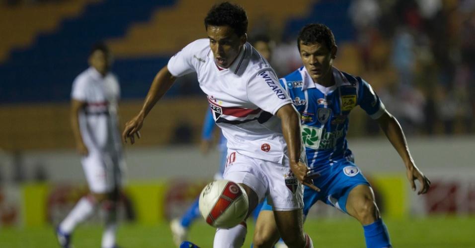 Jadson, do São Paulo, tenta o passe durante partida contra o Catanduvense