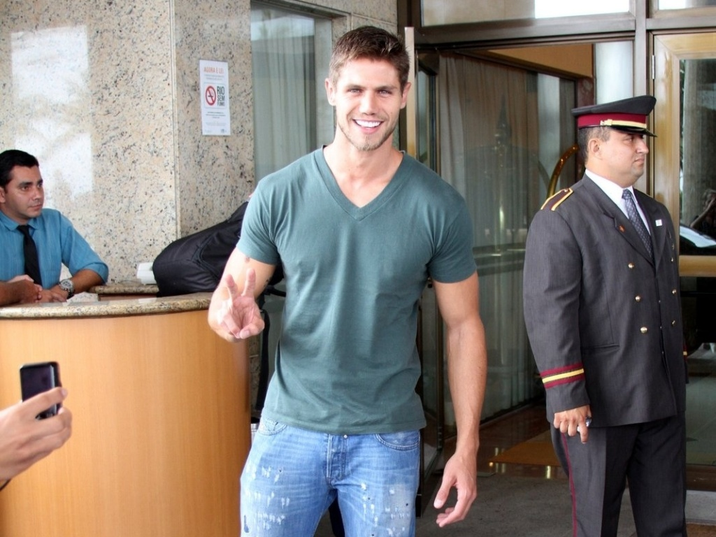 Ex-BBB Jonas chega a hotel no Rio de Janeiro para final do