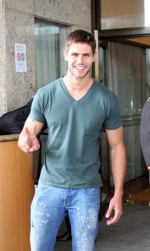 "Ex-BBB Jonas chega a hotel no Rio de Janeiro para final do ""BBB12"" (29/3/12)"