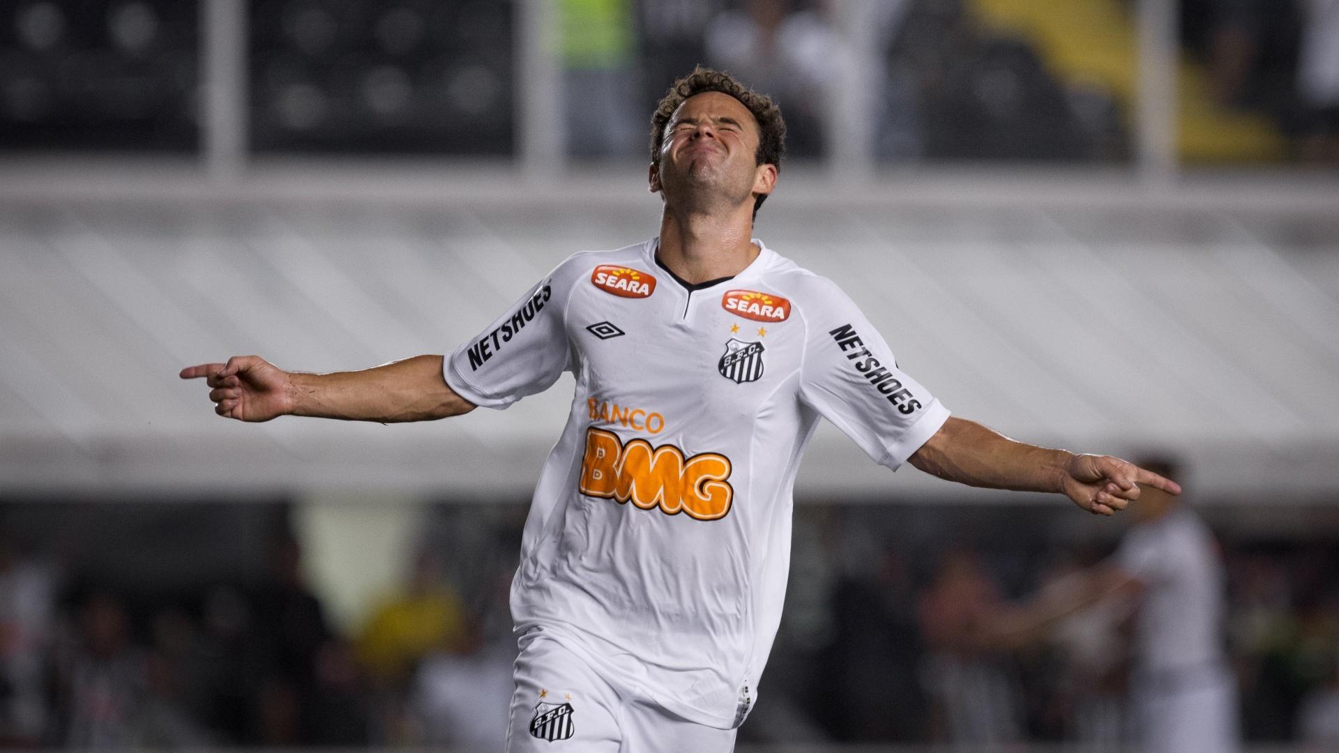 Juan comemora após marcar o terceiro gol do Santos contra o Guaratinguetá