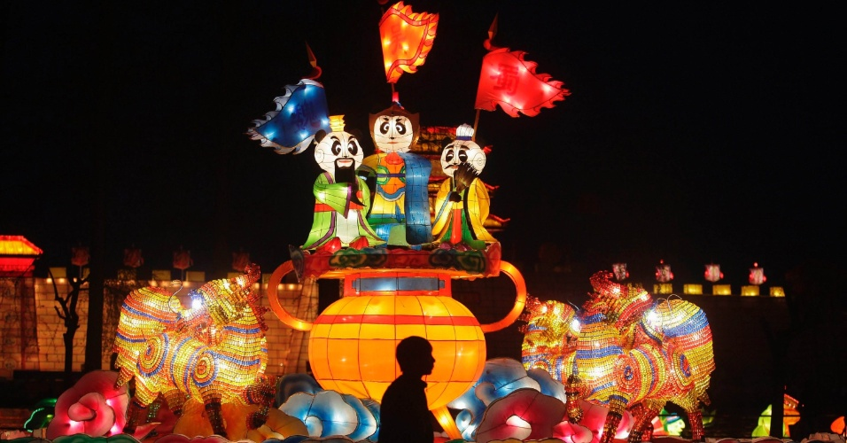 Lanternas acesas em teste para Festival Internacional Panda de Lanternas Wuhan-Chengdu, na China