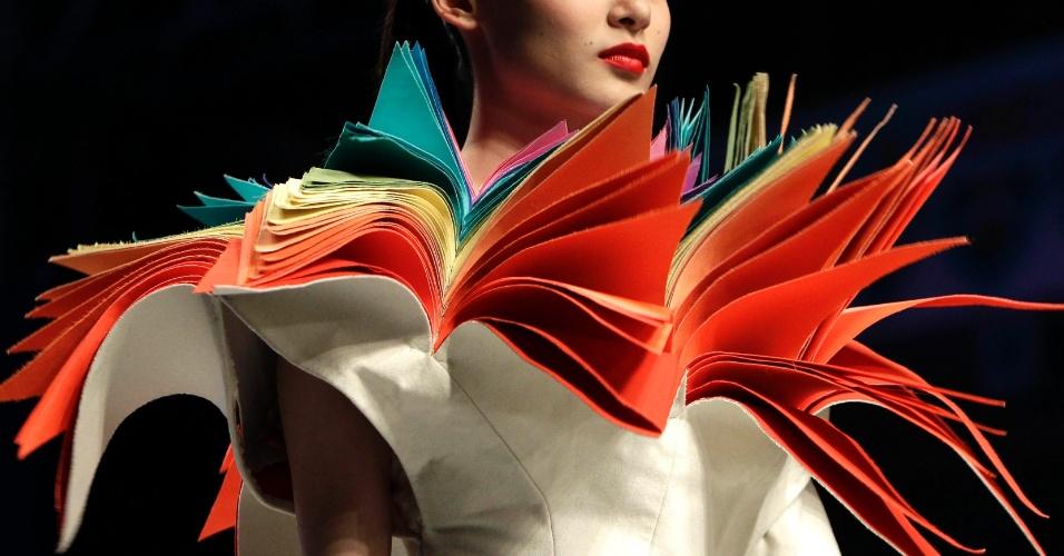 Modelo apresenta criação de estudantes de moda na Semana de Moda da China, em Pequim