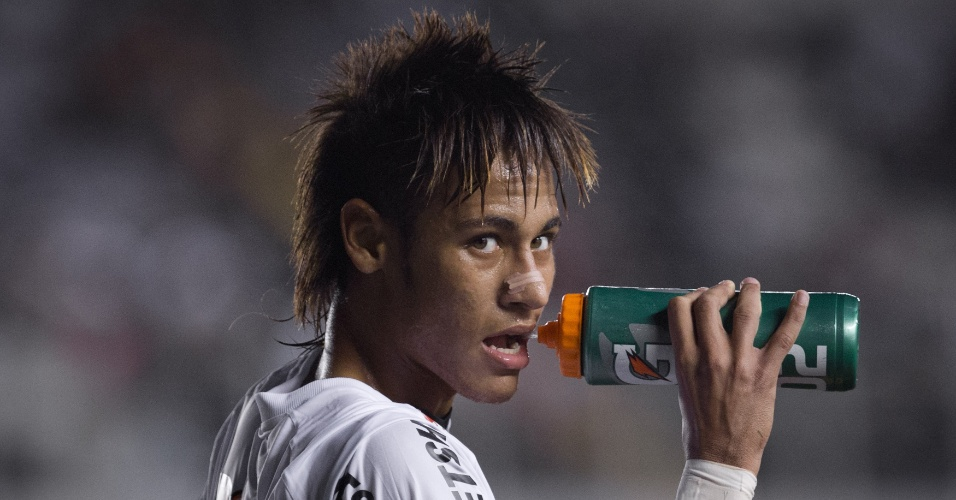 Neymar bebe água durante a goleada do Santos sobre o Guaratinguetá