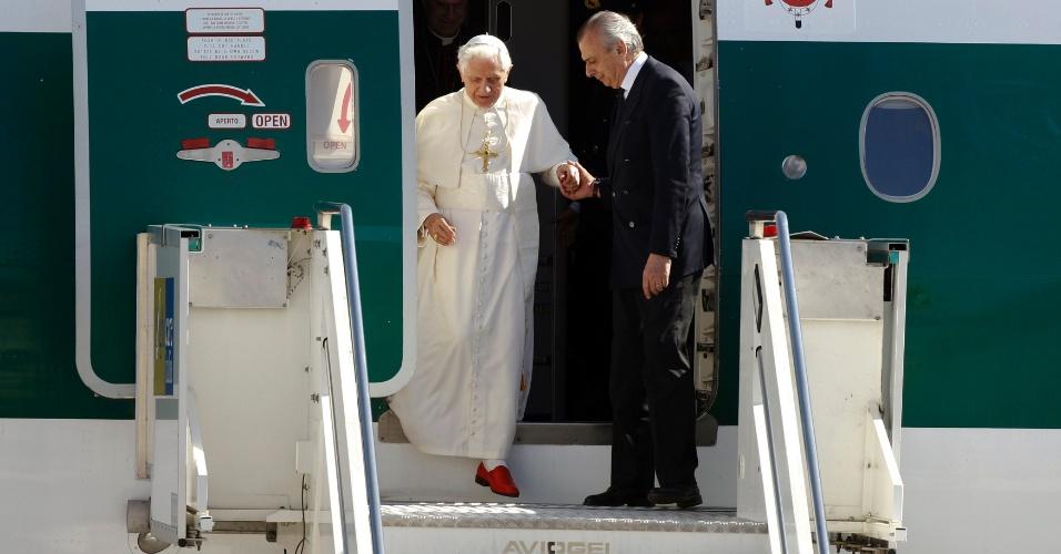 Papa Bento 16 desembarca no aeroporto Ciampino, em Roma, na Itália, depois de visitar o México e Cuba