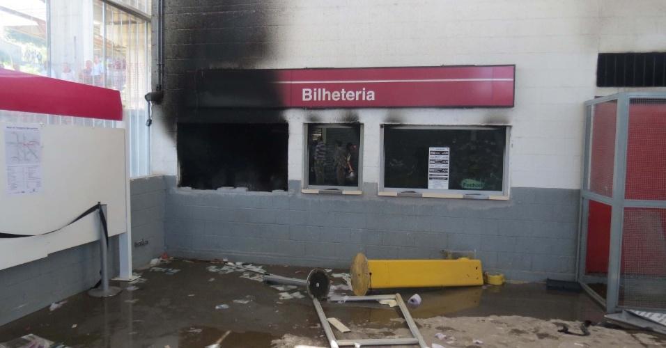 Passageiros atearam fogo na bilheteria da estação de Francisco Morato da linha 7-rubi da CPTM