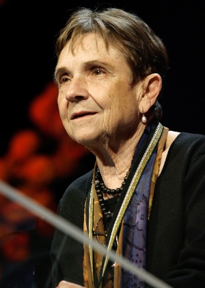Adrienne Rich recebe medalha por contribuição à literatura norte-ameriana da The National Book Foundation, em Nova York (15/11/2006) - Stuart Ramson/AP