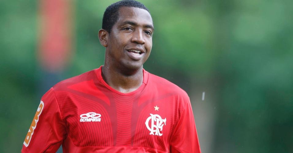 Renato Abreu sorri durante o primeiro treinamento após a cirurgia no coração