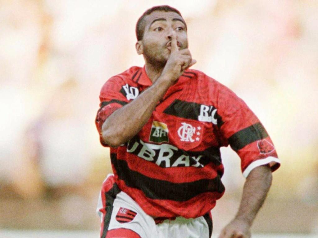 Romário provoca a torcida rival após marcar gol pelo Flamengo em 1997