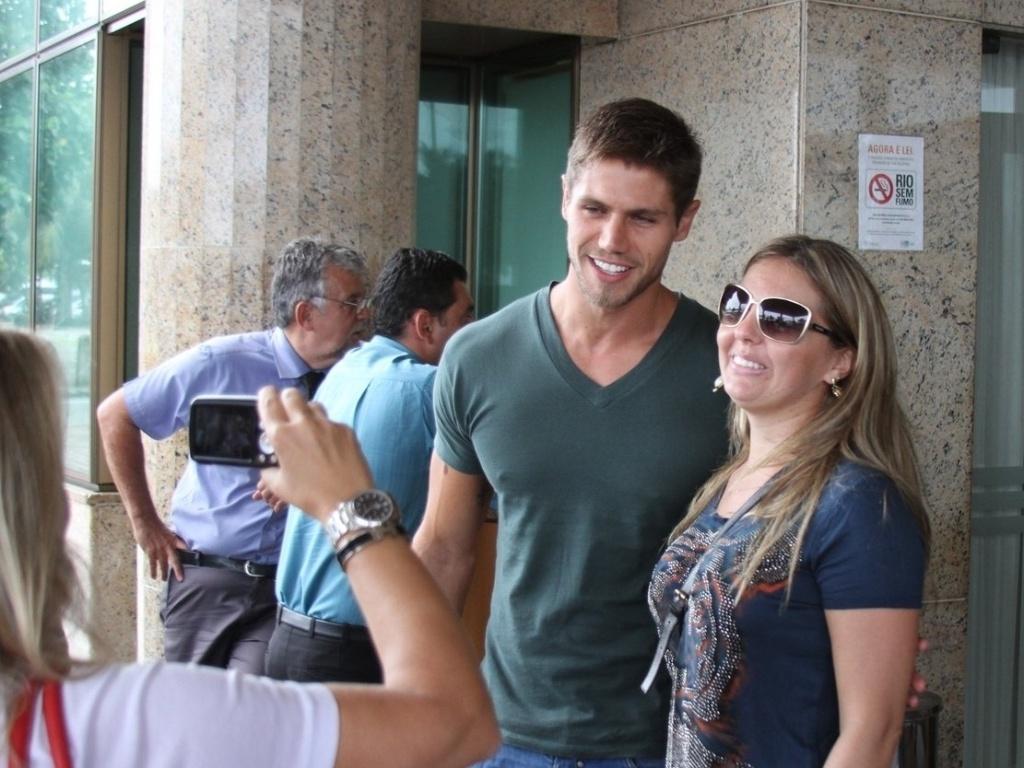 Ex-BBB Jonas tira fotos com fãs ao chegar ao hotel no Rio de Janeiro para final do