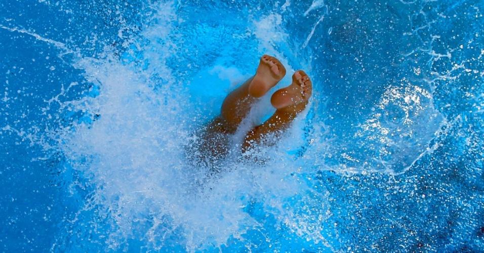 Saltadora mergulha na piscina, durante treino para os Jogos Olímpicos Londres 2012 em Los Angeles