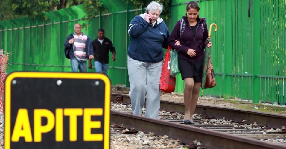 Usuários andam na linha 7-rubi após uma falha nos trens da CPTM