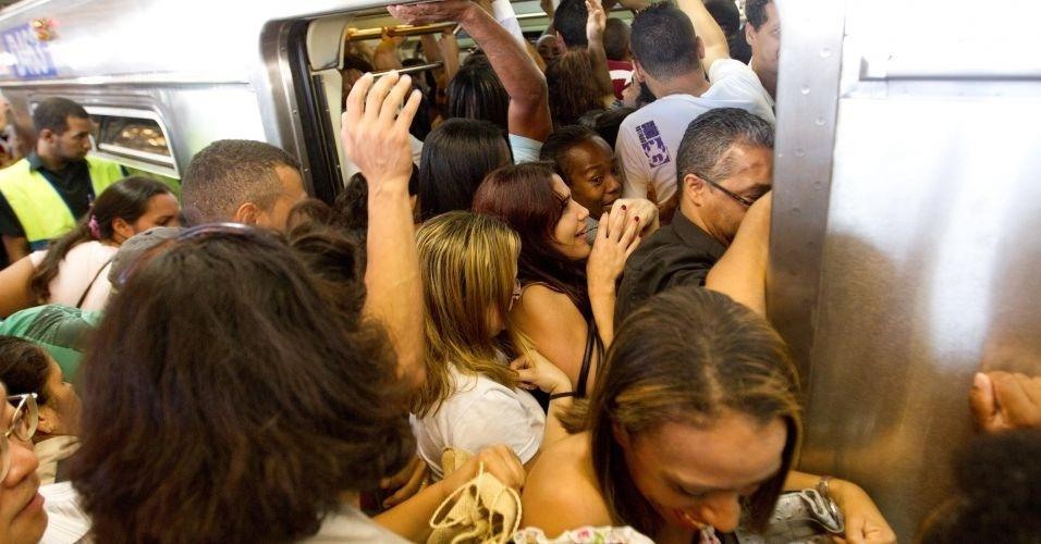 Vagão de metrô fica lotado na estação Brás, da linha vermelha, como reflexo de uma pane em linha da CPTM
