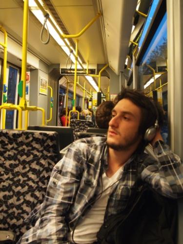 """Carlos Althoff fez intercâmbio de três meses em Berlim para aprender o idioma alemão. Na foto, ele está no metrô. """"O sistema de transporte alemão é bem organizado. Tem o ônibus, o trem, um trem que passa pela rua (tipo os antigos bondes)e o metrô.Todas as estações tinham mapas."""""""
