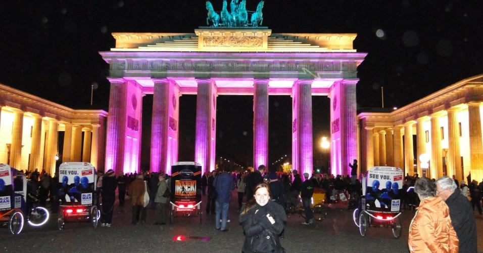 Luciana Marganelli Esberard estudou alemão por duas semanas na escola DID Deutsch-Institut, em Berlim, e por duas semanas com professor particular em Leverkusen. Na foto, ela está em frente ao portão de Brandenburgo