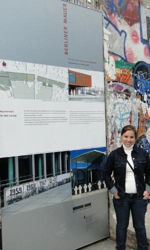 Luciana Marganelli Esberard estudou alemão por duas semanas na escola DID Deutsch-Institut, em Berlim, e por duas semanas com professor particular em Leverkusen. Na foto, ela está em frente a pedaços do Muro de Berlim.