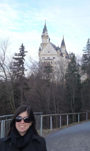 Tatiane Coutinho de Oliveira fez um curso intensivo de alemão no Instituto Carl Duisberg, que durou duas semanas. No entanto, ficou um mês no país e visitou as cidades de Berlin e Munique. Na foto, com o Castelo de Neuschwanstein ao fundo, em Füssen