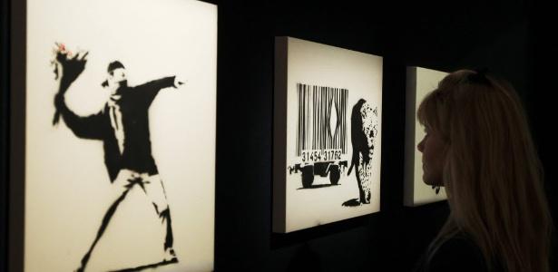 Visitante observa obras de Banksy em galeria em Londres (23/3/2012) - REUTERS/Luke MacGregor