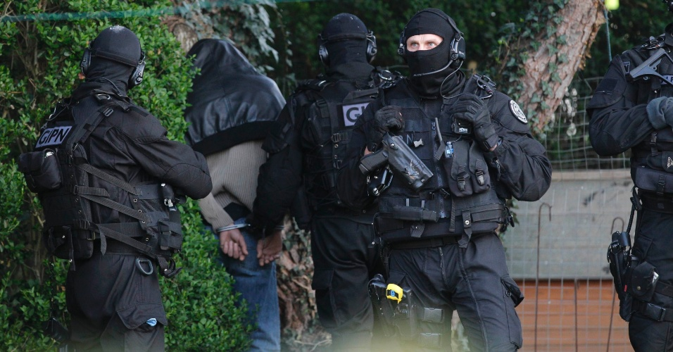 Agentes de forças especiais de segurança francesas prendem um dos suspeitos de envolvimento com grupos islamistas, dias depois dos crimes cometidos em Toulouse por Mohammed Merah