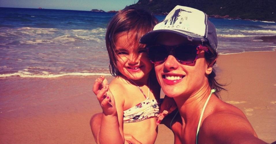 Alessandra Abrósio tira foto abraçada a filha Anja (30/3/2012)
